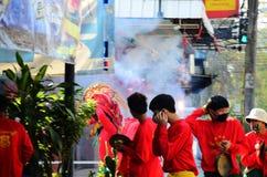 El desfile de la danza de león ruega a dios en el día pasado de celebración china del Año Nuevo Imagen de archivo libre de regalías