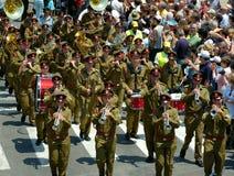 El desfile de las vendas de cobre amarillo de la tropa Fotos de archivo
