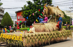 El desfile de los trajes indígenas de las mujeres jovenes en el desfile de la luz de una vela Foto de archivo
