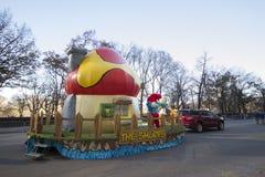 El desfile de Macy del flotador de Smurfs en 2013 Fotos de archivo