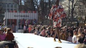 El desfile de moda de la publicidad del verano viste la colección en el parque de la ciudad metrajes