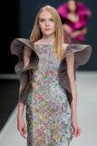 El desfile de moda Pierre Cardin en semana de la moda de Moscú con el amor para el otoño invierno 2016/2017 de Rusia Foto de archivo libre de regalías