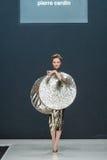 El desfile de moda Pierre Cardin en semana de la moda de Moscú con el amor para el otoño invierno 2016/2017 de Rusia Fotos de archivo libres de regalías