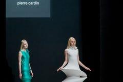 El desfile de moda Pierre Cardin en semana de la moda de Moscú con el amor para el otoño invierno 2016/2017 de Rusia Imágenes de archivo libres de regalías