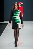 El desfile de moda Pierre Cardin en semana de la moda de Moscú con el amor para Rusia Imágenes de archivo libres de regalías