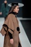 El desfile de moda Pierre Cardin en semana de la moda de Moscú con el amor para Rusia el 22 de marzo de 2016 Fotos de archivo