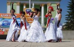 El desfile de novias Fotos de archivo libres de regalías