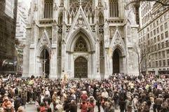 El desfile de Pascua delante de la catedral del ` s de St Patrick en la 5ta avenida en New York City Imagen de archivo