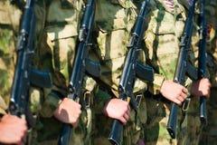 El desfile de soldados imagen de archivo