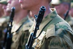 El desfile de soldados imagenes de archivo