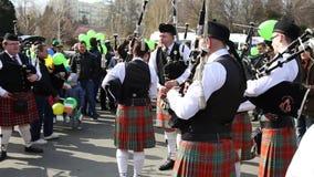 El desfile de St Patrick - gaiteros irlandeses almacen de metraje de vídeo