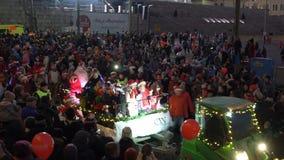 El desfile tradicional de Santa Claus en la abertura de los días de fiesta de la Navidad en Helsinki, Finlandia almacen de metraje de vídeo