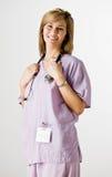 El desgastar de la enfermera friega y estetoscopio Foto de archivo libre de regalías