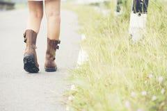 El desgaste de mujer hermoso Brown patea caminar en el camino Fotografía de archivo libre de regalías