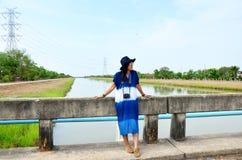El desgaste de mujer tailandés viste el retrato natural del color del añil en al aire libre Fotografía de archivo libre de regalías