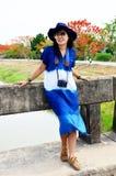 El desgaste de mujer tailandés viste el retrato natural del color del añil en al aire libre Fotos de archivo libres de regalías