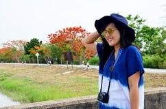 El desgaste de mujer tailandés viste el retrato natural del color del añil en al aire libre Imagen de archivo