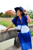 El desgaste de mujer tailandés viste el retrato natural del color del añil en al aire libre Foto de archivo libre de regalías