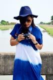 El desgaste de mujer tailandés viste el retrato natural del color del añil en al aire libre Foto de archivo