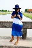 El desgaste de mujer tailandés viste el retrato natural del color del añil en al aire libre Imágenes de archivo libres de regalías