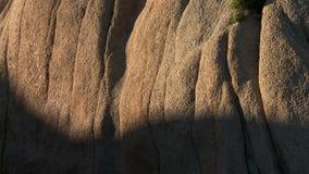 El desierto oscila el arrastramiento a lo largo de rocas - lapso de las sombras de la puesta del sol de tiempo metrajes