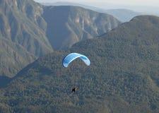El deslizamiento a través del aire le gusta la libélula sobre las montañas entre la frontera italiana y la de Eslovenia Imagen de archivo libre de regalías