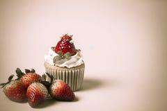 El desmoche del cupcak de la fresa con el pistacho y la crema crean con f Fotos de archivo libres de regalías
