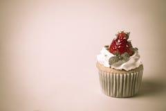 El desmoche del cupcak de la fresa con el pistacho y la crema crean con f Imágenes de archivo libres de regalías
