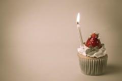 El desmoche del cupcak de la fresa con el pistacho y la crema crean con f Foto de archivo