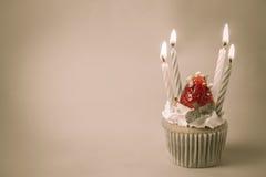 El desmoche del cupcak de la fresa con el pistacho y la crema crean con f Foto de archivo libre de regalías