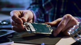 El desmontar del mantenimiento de la reparación del servicio de teléfono metrajes