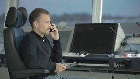 El despachador aprende a través de la radio portátil sobre accidente en aeropuerto metrajes