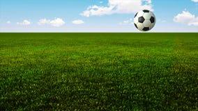 El despedir de balón de fútbol en hierba verde almacen de video