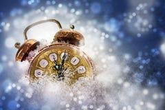 El despertador del vintage en la nieve muestra 2017, concepto por Año Nuevo Foto de archivo