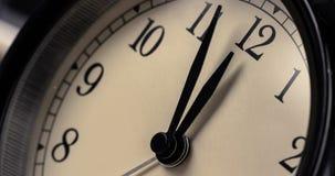 El despertador del vintage está mostrando el movimiento del mediodía o de la medianoche E almacen de video