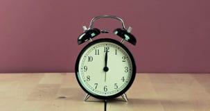 El despertador del vintage está mostrando el movimiento del mediodía o de la medianoche E metrajes