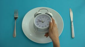 El despertador en la placa, se adhiere al tiempo de la dieta, nutrición apropiada, disciplina, primer metrajes