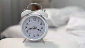 El despertador que suena por mañana, despierta el tiempo, rutina del día, plazo de proyecto almacen de metraje de vídeo