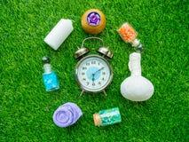 El despertador y los accesorios del balneario friegan para la piel sano en gre Fotografía de archivo