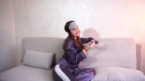 El despertar de la mujer después del sueño en buen humor en dormitorio en buena mañana del sofá almacen de metraje de vídeo