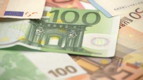 el desplazamiento del carro 4K tiró las cuentas de los euros de diversos valores Dinero euro del efectivo metrajes