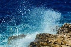 El desplome de las ondas en las rocas Imágenes de archivo libres de regalías