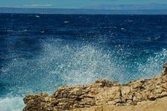 El desplome de las ondas en las rocas Foto de archivo libre de regalías
