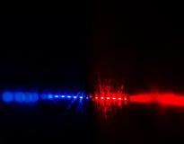 El destellar coche policía rojo y azul se enciende en noche