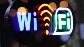 El destellar de Wi-Fi firma adentro la ventana de la cafetería, ciudad de la noche almacen de metraje de vídeo