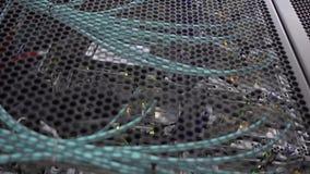 El destellar del estante del servidor llevó luces está en un centro de datos moderno está situado detrás de una puerta del hierro almacen de metraje de vídeo