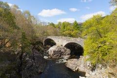 El destino turístico escocés BRITÁNICO de Escocia del puente de Invermoriston cruza las caídas espectaculares de Moriston del río Imagen de archivo libre de regalías