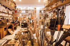 El desván del artesano con las herramientas, los marcos y las pinturas artísticos Fotos de archivo