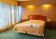 El detalle clásico del dormitorio con la cama lujosa y el vintage elegante adornó la pared Fotos de archivo