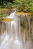 La cascada hermosa cae sobre rocas cubiertas de musgo en la selva tropical, Tailandia Fotos de archivo libres de regalías